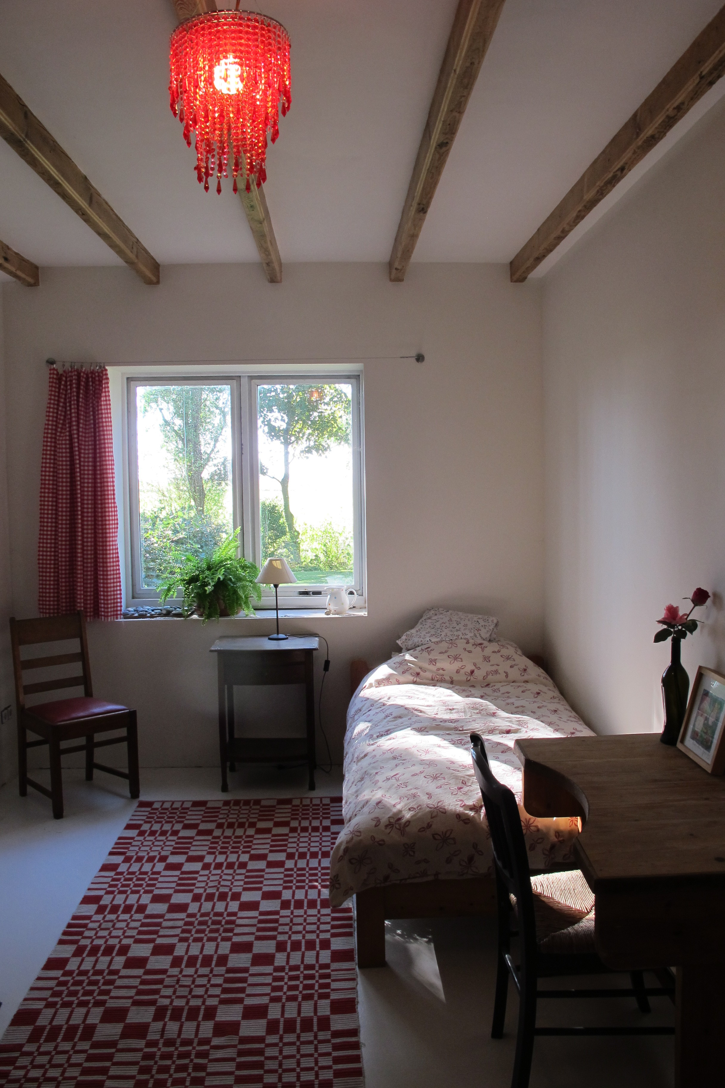 Slaapkamer op de begane grond met vloerverwarming. Met een eenpersoonsbed en een stapelbed.